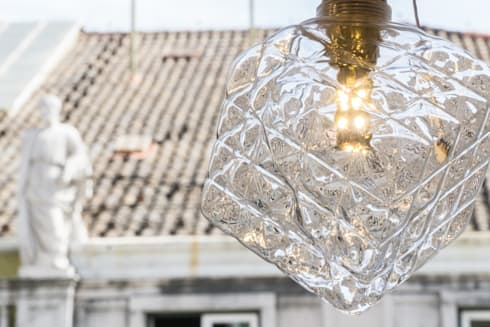 LED GOLD BULB: Sala de estar  por Light & Store