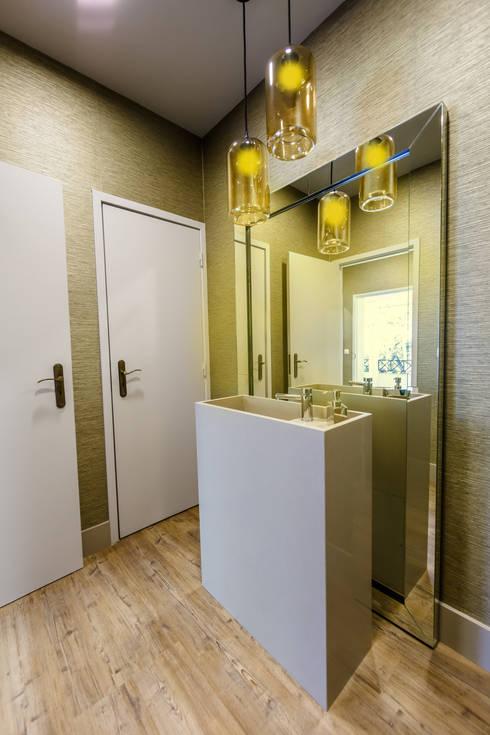 Instalação Sanitária Pública (Quinta de Eventos e Casamentos): Casas de banho modernas por ÀS DUAS POR TRÊS