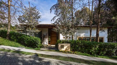 Entrada Principal: Casas de estilo mediterraneo por JR Arquitectos