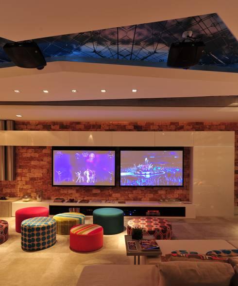 Casa Cor Santa Catarina 2011: Salas multimídia modernas por ANNA MAYA & ANDERSON SCHUSSLER