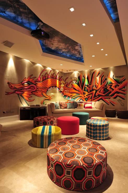 Casa Cor Santa Catarina 2011: Salas de estar modernas por ANNA MAYA & ANDERSON SCHUSSLER