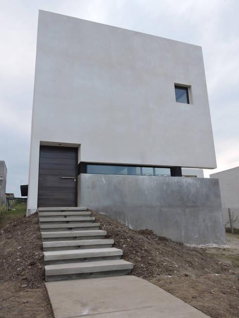 Casa LL: Casas de estilo minimalista por jose m zamora ARQ