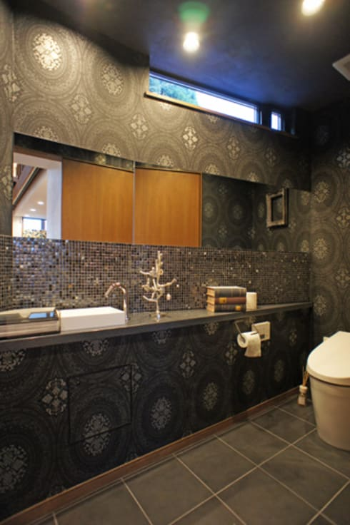 ~山に抱かれた暮らしを楽しむ『自然の潤いと共に暮らす家』: 西薗守 住空間設計室が手掛けた浴室です。