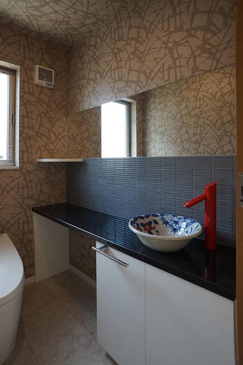 ~深い軒の外部空間を楽しむ『平屋の大屋根の美しい家』: 西薗守 住空間設計室が手掛けた浴室です。