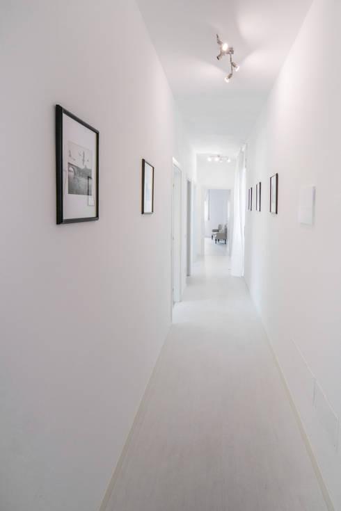 CORRIDIO - WHITE: Ingresso & Corridoio in stile  di PADIGLIONE B