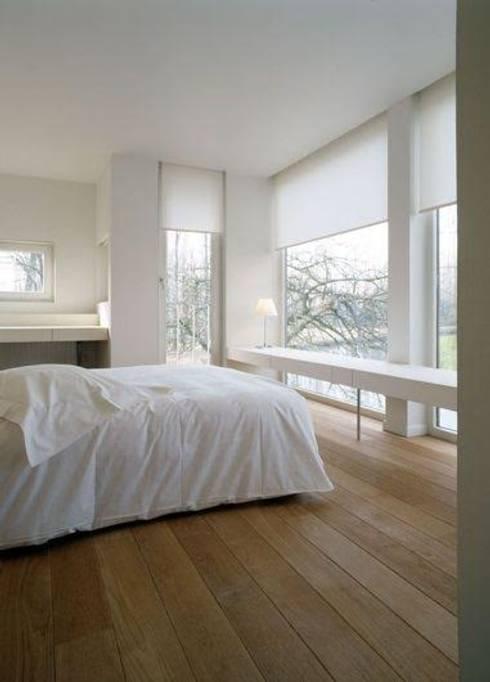 Persianas y pisos para todos los espacios: Recámaras de estilo moderno por Decoraciones villegas