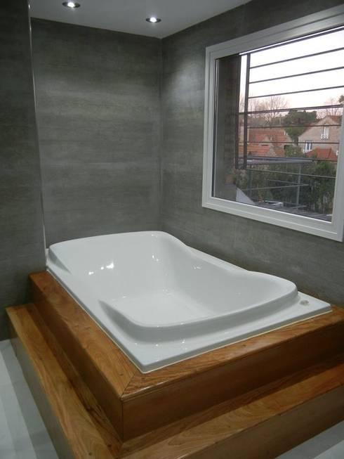 Casa en San Isidro reforma interior: Baños de estilo moderno por Fainzilber Arqts.
