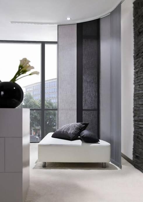 Persianas y pisos para todos los espacios: Vestíbulos, pasillos y escaleras de estilo  por Decoraciones villegas