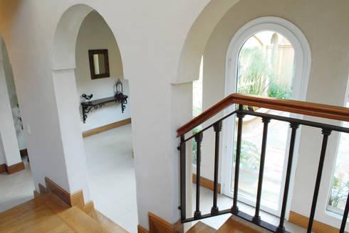 Casa Martindale: Pasillos y recibidores de estilo  por JUNOR ARQUITECTOS