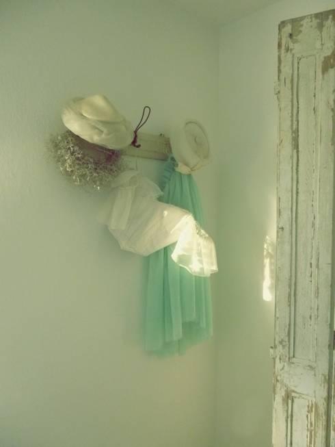 Vintage Hüte und antike Kleider...zauberhafte Dekoration in pastell:  Schlafzimmer von Vintage Compagnie