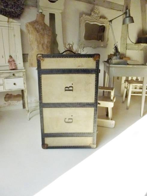 Antiker Überseekoffer:  Schlafzimmer von Vintage Compagnie