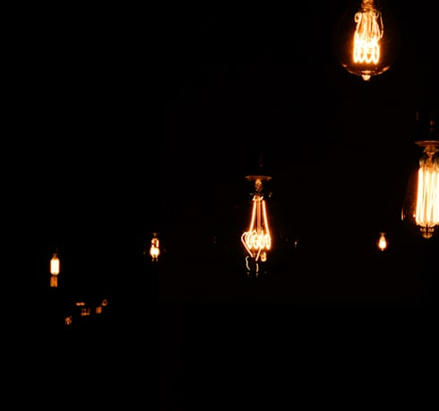 Oldschool Light Bulbs: Sala de jantar  por Light & Store