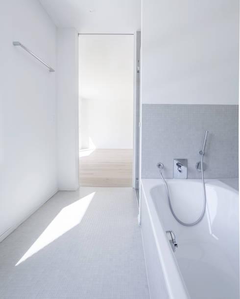 """Wohnüberbauung """"Oasis"""", Zürich:  Badezimmer von a4D Architekten AG"""
