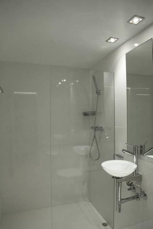 PURO WHITE: Baños de estilo  de Estanis Segura Arquitectura