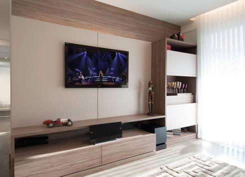 Apartamento Morumbi: Salas multimídia clássicas por Figoli-Ravecca Arquitetos Associados
