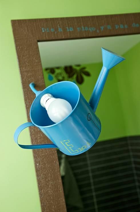 Lampe arrosoire: Salle de bain de style  par Tabary Le Lay