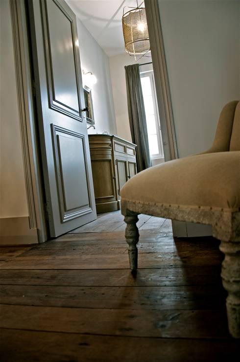De la chambre à la salle d'eau.: Chambre de style  par Cabanes & Chateaux
