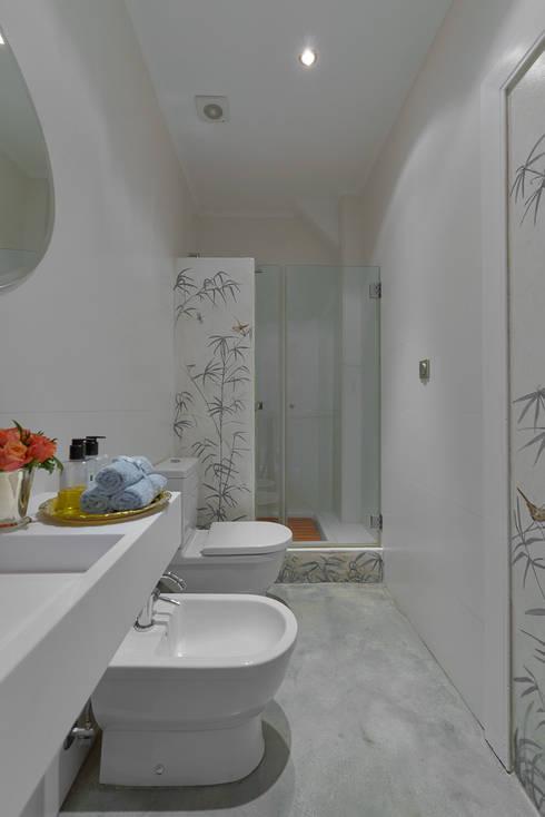 """""""Pied-à-terre"""" in Lisbon: Casas de banho ecléticas por INSIGHT - Interior Architecture and Design"""