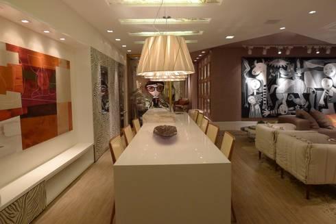 Casa Cor Santa Catarina 2013: Salas de jantar modernas por ANNA MAYA & ANDERSON SCHUSSLER