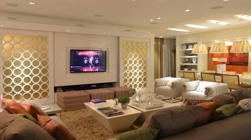 Casa Cor Santa Catarina 2013: Salas de estar modernas por ANNA MAYA & ANDERSON SCHUSSLER