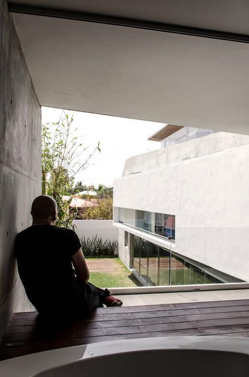 Baños de estilo moderno por Oscar Hernández - Fotografía de Arquitectura