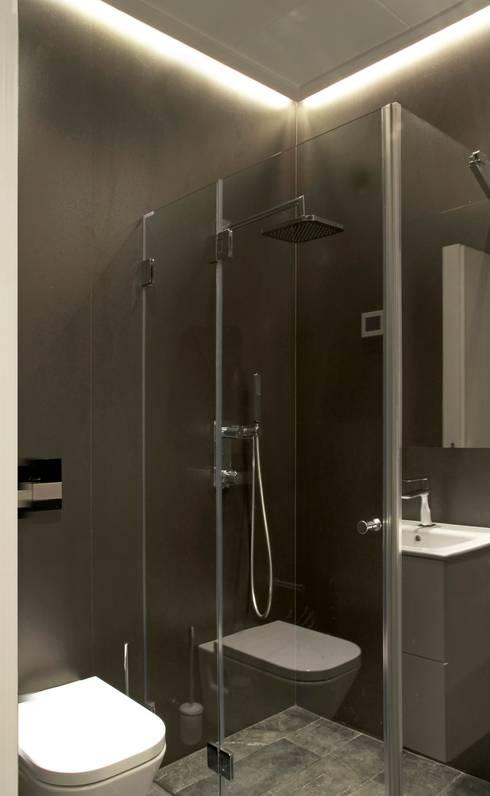 Taller transformado en vivienda: Baños de estilo moderno de Taller 582