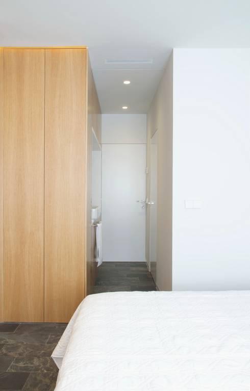 Taller transformado en vivienda: Dormitorios de estilo moderno de Taller 582