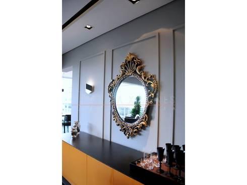 Espelho moldura dourada, aparador amarelo: Corredores e halls de entrada  por LX Arquitetura