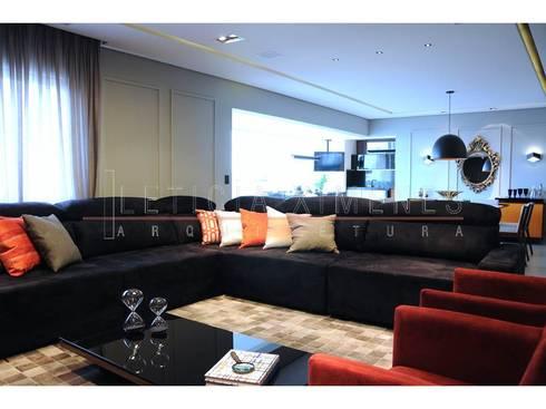 Sala de estar, almofadas, sofá preto: Salas de estar modernas por LX Arquitetura