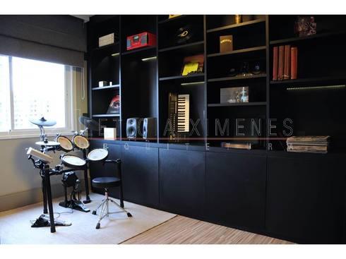 Bateria, escritório, sala multimídia, livros, estante assimétrica: Salas multimídia modernas por LX Arquitetura