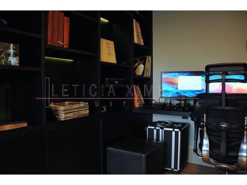 Sala multimídia, escritório, livros, estante assimétrica: Salas multimídia modernas por LX Arquitetura