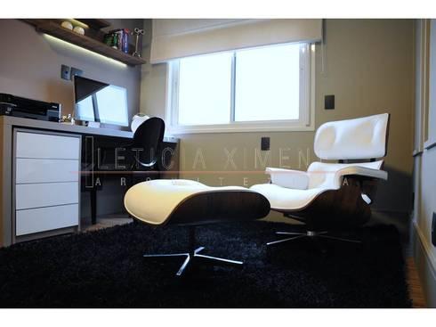 Sala de leitura, escritório, poltrona branca: Escritórios  por LX Arquitetura