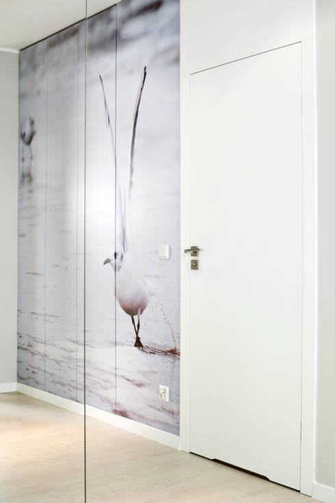 mieszkanie pokazowe 4 pokoje - apartamenty na polanie - Gdynia: styl , w kategorii Korytarz, przedpokój zaprojektowany przez Anna Maria Sokołowska Architektura Wnętrz