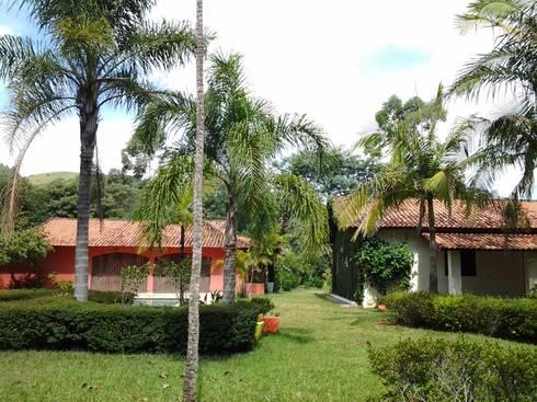 Vista geral sitio: Casas coloniais por Mina Arquitetura & Construções