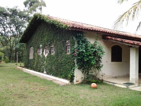 Fachada Lateral: Casas coloniais por Mina Arquitetura & Construções