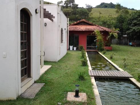 Espelho de água: Corredores e halls de entrada  por Mina Arquitetura & Construções