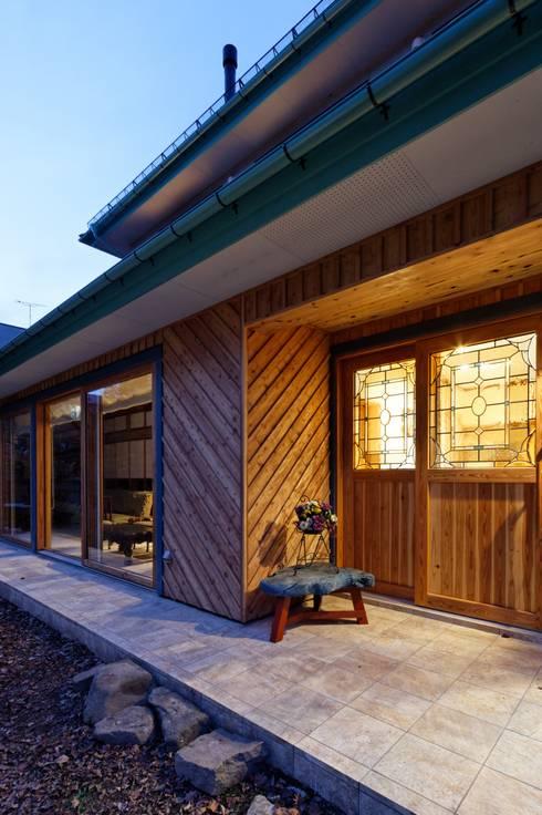 K邸 Renovation: 株式会社山崎屋木工製作所 Curationer事業部が手掛けた廊下 & 玄関です。