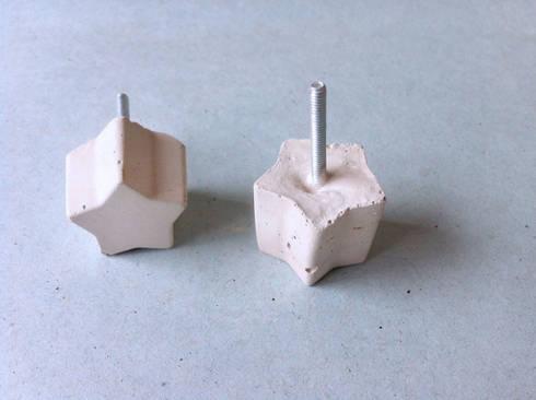 Picaportes de Concreto en modelos geométricos: Hogar de estilo  por Catorce/21