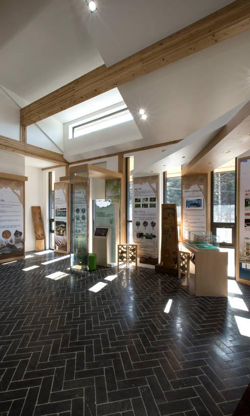 청태산국립자연휴양림 방문자안내센터: (주)나무아키텍츠 건축사사무소의  방