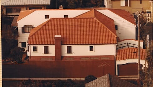 中庭に暮らすスペイン風パティオのある目白の家: 株式会社 山本富士雄設計事務所が手掛けた家です。