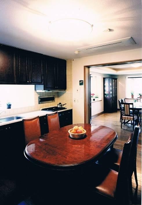 中庭に暮らすスペイン風パティオのある目白の家ダイニングキッチン: 株式会社 山本富士雄設計事務所が手掛けたキッチンです。