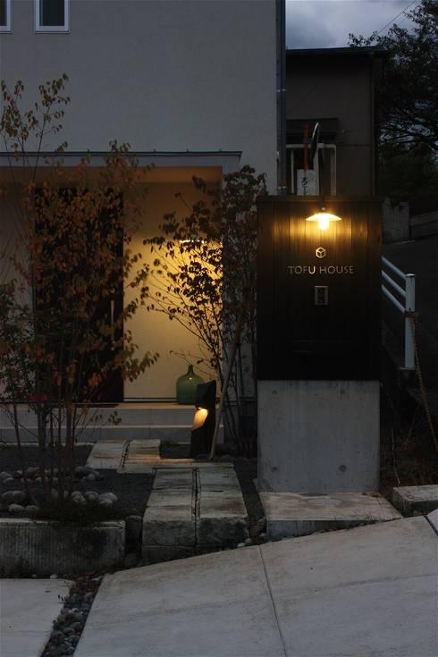 TOFUHOUSE ーコンパクトなシンプルハウスに住むという選択ー: atelier shige architects /アトリエシゲ一級建築士事務所が手掛けた庭です。