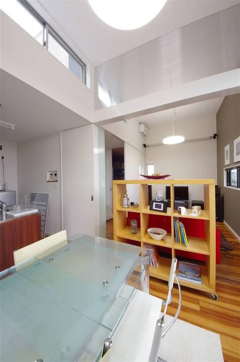 TOFUHOUSE ーコンパクトなシンプルハウスに住むという選択ー: atelier shige architects /アトリエシゲ一級建築士事務所が手掛けたダイニングです。