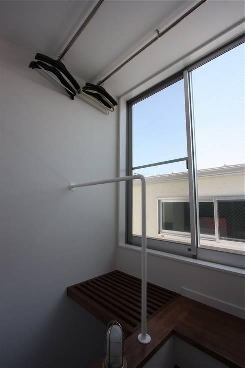 TOFUHOUSE ーコンパクトなシンプルハウスに住むという選択ー: atelier shige architects /アトリエシゲ一級建築士事務所が手掛けた廊下 & 玄関です。