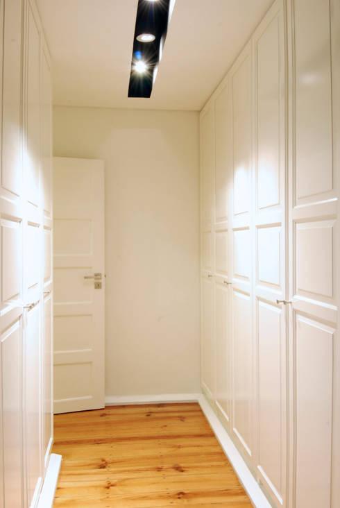 Remodelação T4 . Bairro de Alvalade, Lisboa: Closets ecléticos por BL Design Arquitectura e Interiores
