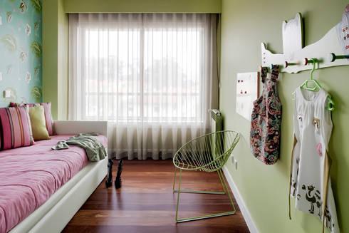 Apartamento Porto: Quartos de criança modernos por Jorge Cassio Dantas Lda