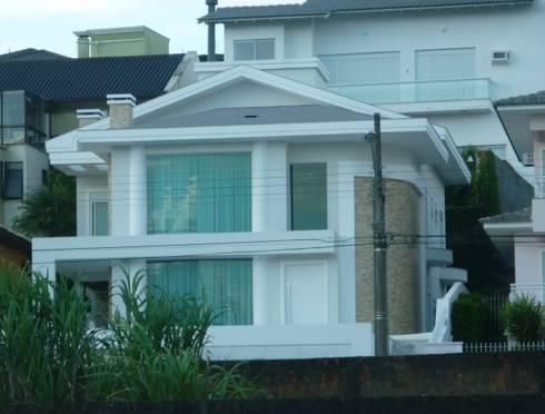 Residência João Paulo: Casas clássicas por ANNA MAYA & ANDERSON SCHUSSLER