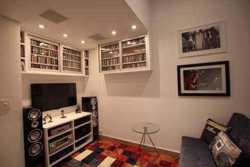 Home Theater: Salas de estar modernas por Pricila Dalzochio Arquitetura e Interiores