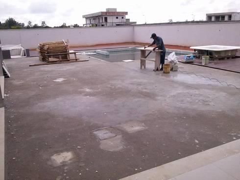 Realizando assentamento do cimentício MAGEN: Piscinas tropicais por MAGEN | Revestimentos Cimentícios