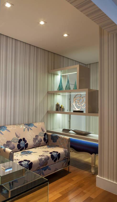 Conforto e Bem Estar: Corredores e halls de entrada  por Lilian Barbieri Interior Design